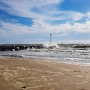 Pieds nus dans le sable, les cheveux au vent, le son des vagues. Vérité d'un plaisir simple.