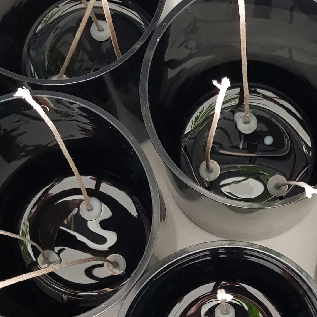 Seule la méthode artisanale permet de couler des bougies multi-mèches dans les contenants en verre, céramique ou porcelaine, pièces uniques qui nous sont confiées, toutes semblables et toutes différentes.  . . ... choisir le fil de coton adapté en fonction du contenant et du parfum... primer les fils pour une meilleure combustion... coller les mèches à la cire et selon un motif propre à chaque contenant . . #bougieparfumee #savoirfaire #fabricationfrancaise #fabricationafacon #fabricationartisanale #artisandefrance #madeinfrance #frenchmade #frenchmaker #frenchfineart #privatelabelcandles #privatelabel #marqueblanche #larochelle #charentemaritime #infinimentcharentes #aunisatlantique #aunismaraispoitevin #taugon