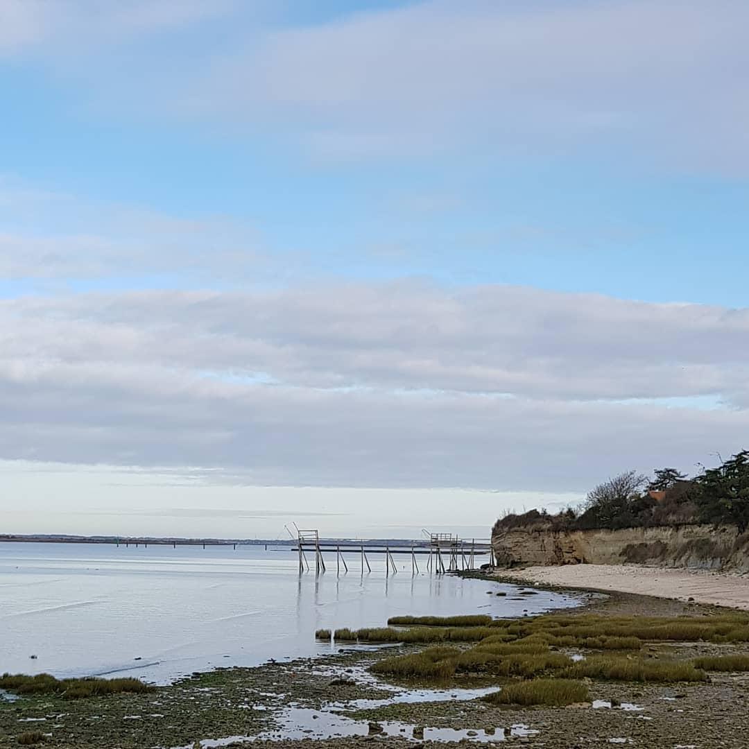 Marcher le long de l'estuaire de la Charente et respirer l'océan  . . #nature #oxygene #fouras #rochefortocean #portdesbarques #charentemaritime #infinimentcharentes #aunisatlantique #aunismaraispoitevin #larochelle
