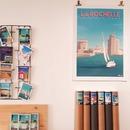 Un tour de notre petite boutique avec les créations de @marcel_travelposters et ses cartes, ses affiches qui mettent à l'honneur vos spots préférés ❤ Rendez-vous au 19 rue Pas du Minage à 2 pas des Halles du marché  . . #deco #affiches #posters #cartespostales #vintageposter