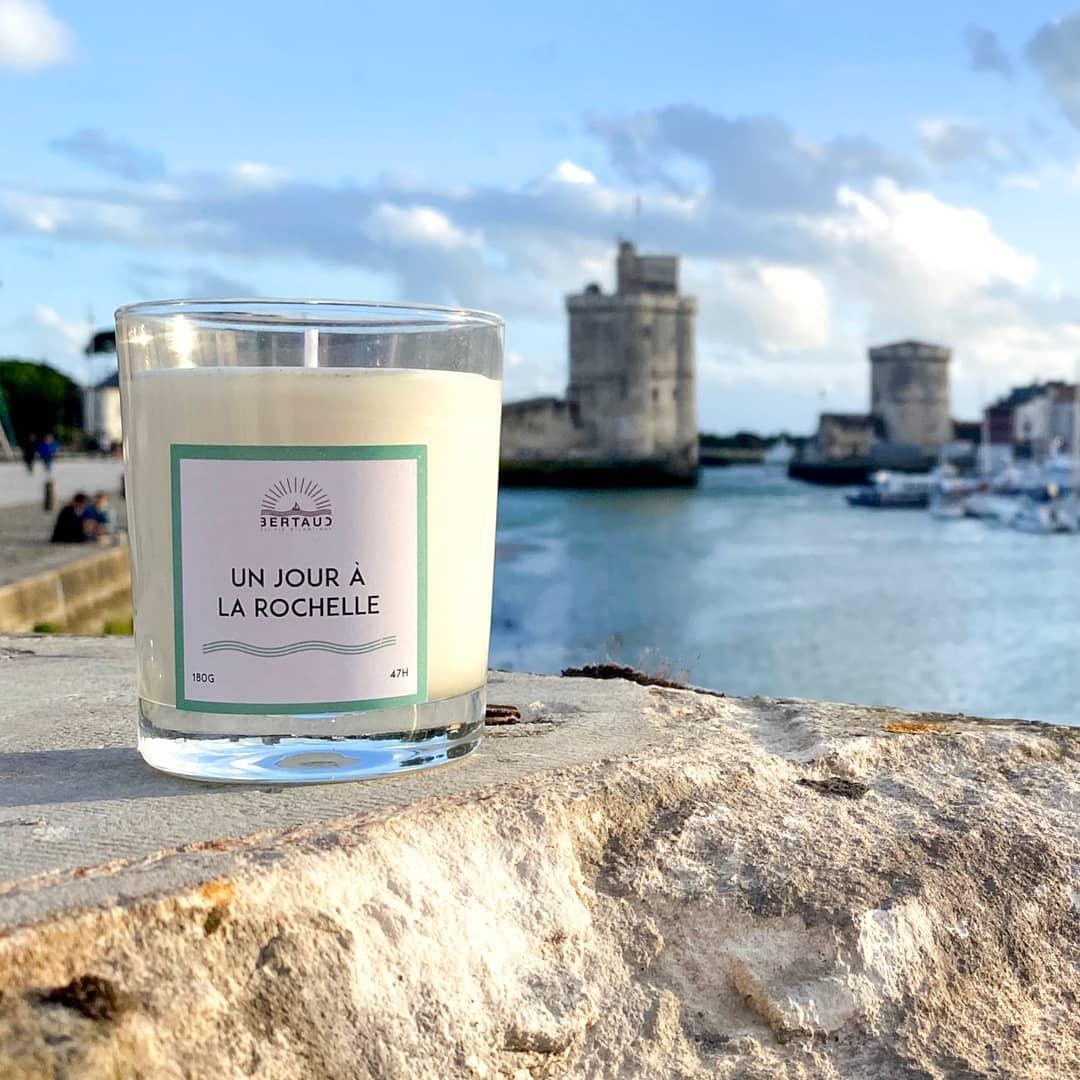 Un jour à La Rochelle est le dernier né de notre collection de parfums d'intérieur. On y a mis tout notre amour pour notre ville... et puis aussi, un peu d'air marin, du chèvrefeuille et de l'elémi. Existe en bougie, brume d'ambiance et diffuseur à tiges rotin  . . #larochelle #charentemaritime #infinimentcharentes #francofolies #franco2021 #francofolies2021 #parfumdinterieur  #parfumdambiance #bougie #bougieparfumee #brumedinterieur #brumedambiance #diffuseur #aunisatlantique #aunismaraispoitevin #vieuxportlarochelle #madeinfrance #frenchmade #frenchmaker #artisandefrance #fabricationfrancaise #fabricationartisanale